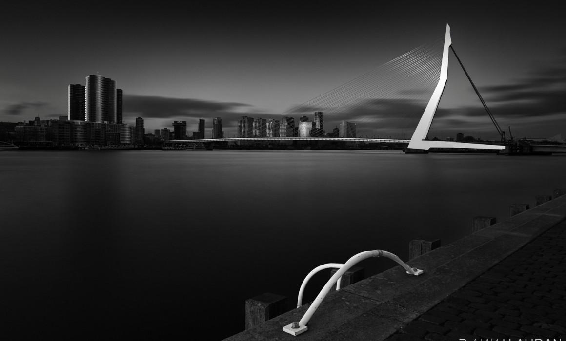 Schwarz-weiße Interpretation der Erasmusbrücke in Rotterdam